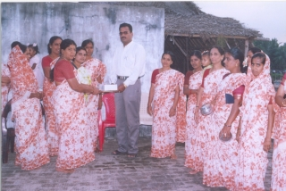 getting-memento-from-self-help-group-members-after-giving-health-awerness-speech-2006